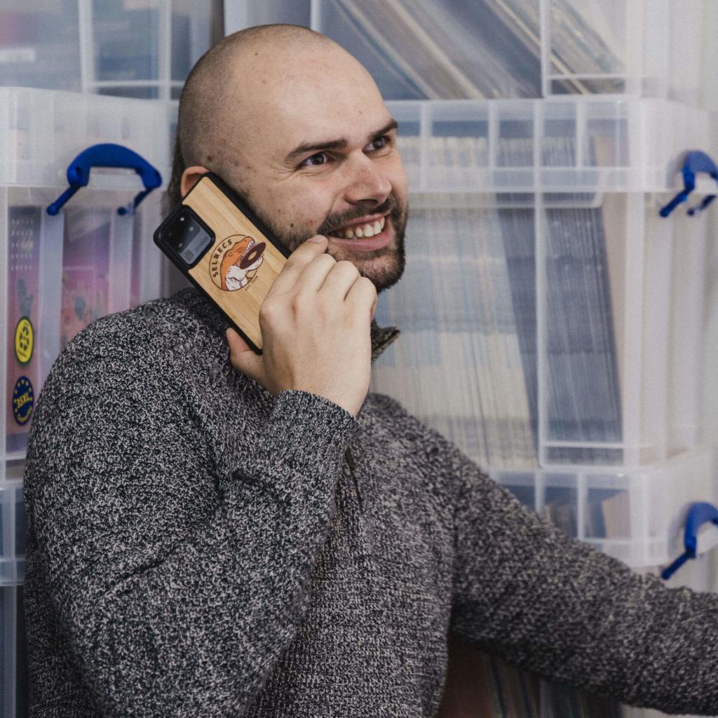 Selrecs - Tom Warrelmann telefoniert